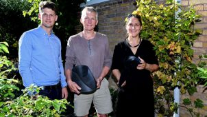De to opfindere Cathrine Leth og Poul Erik Christensen har udviklet ideen til Skybrudsventilen. Opfinderne ses med forretningsudvikler hos Plastmo A/S, Bjarke Fjeldsted (tv).