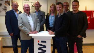 Fra venstre ses Karl Erik Olesen, Sales Director for BEWi Flamingo, Per Grønberg, direktør i BEWi Styrochem, Thomas Drustrup, adm. direktør for Plastindustrien, samt Kirsten Eg Jensen, Lars Friis Farsøe, Jacob Clemen og Rasmus Grusgaard fra Plastindustriens sekretariat.