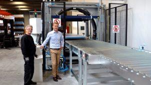Administrerende direktør André Thomsen (th.) og medarbejder Georgica Lonasco (tv.) ved den nyindkøbte pakkemaskine, der både sparer tid, emballage og kræfter.