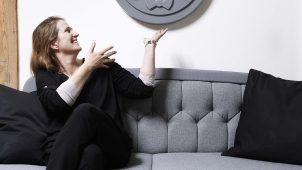 Inger Margrethe Larsen med en af de store, unikke medaljer til hjemmet. Fotograf: SOLK Photography