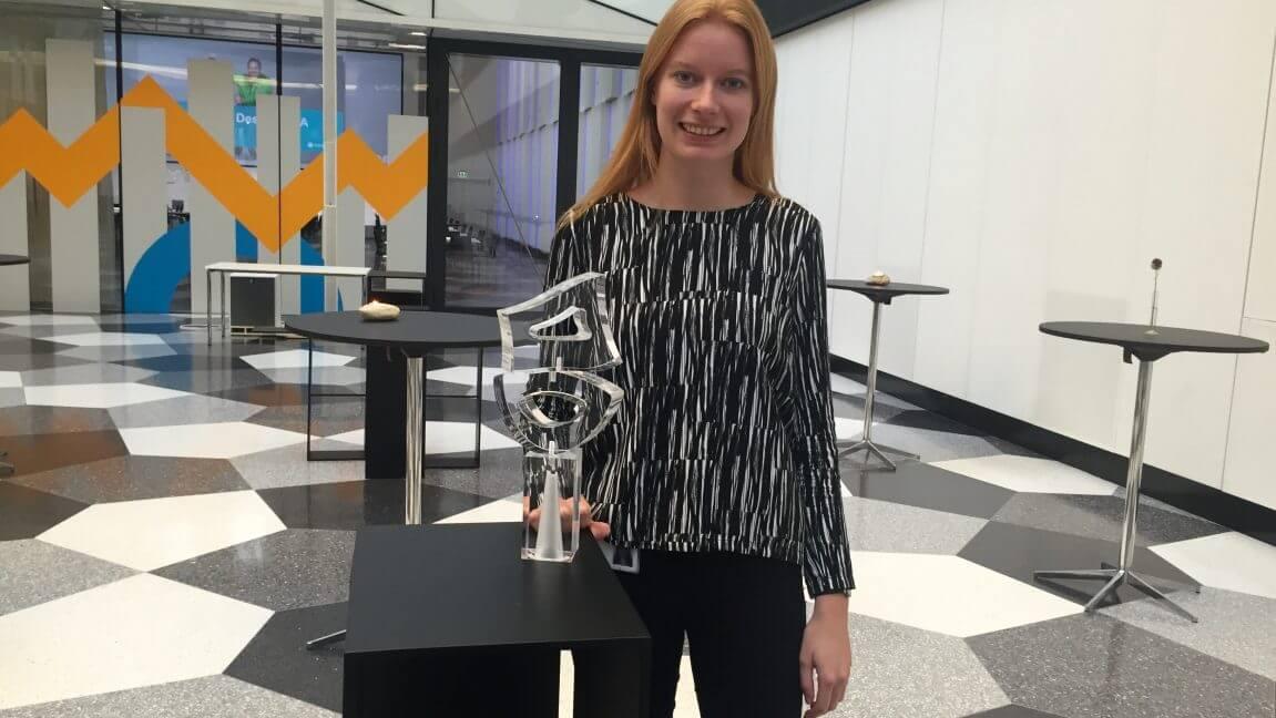 Plastindustriens Kirsten Jensen viser Plastprisen frem i Industriens Hus, hvor prisuddelingen foregår den 4. maj 2017.
