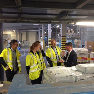 Plastindustriens sekretariat bliver vist rundt på Polykemis produktionsanlæg i Ystad af kvalitets- og miljøchef Jörgen Andersen sammen med Viggo Frederiksen og Ole Tietze.