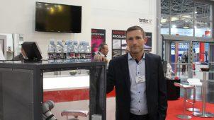 Kim Saabye, salgsdirektør og partner i Tantec, fremviser nyheden PlasmaTEC-X System på K-messen i Düsseldorf tidligere på året. Nu har virksomheden meldt sig ind i Plastindustrien.