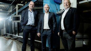 Fra venstre Thomas Sillesen, Peter Mischorr og Hans Lauridsen stående foran et af firmaets agenturer, en procesmaskine til plastemballage industrien.