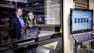 Dorthe Hillerup Vedsted, produktionschef og Peter Ditlev, administrerende direktør fra Ingemann Components fortæller, at familiebåndet både er en styrke og en udfordring, og at det er viljen til at ville hinanden og virksomheden, der blandt andet har været medvirkende til dens succes.