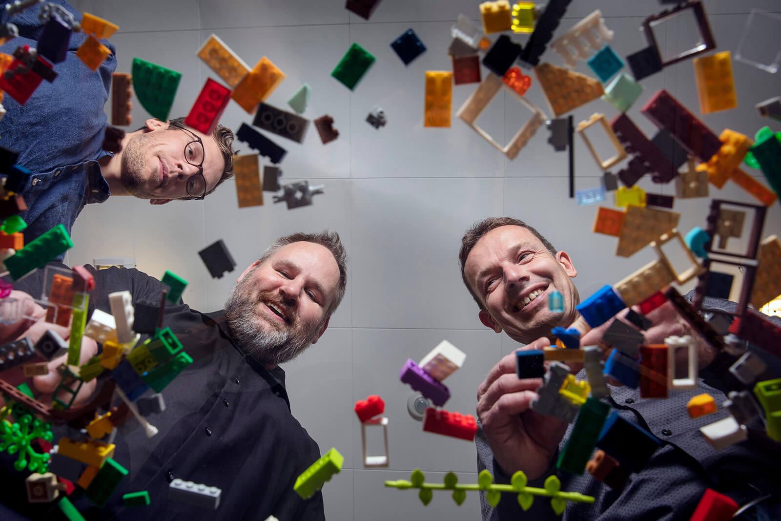 Kemiingeniør og ph.d.-studerende Emil Andersen, lektor ved institut for ingeniørvidenskab Mogens Hinge, senior projektleder ved LEGO René Mikkelsen.