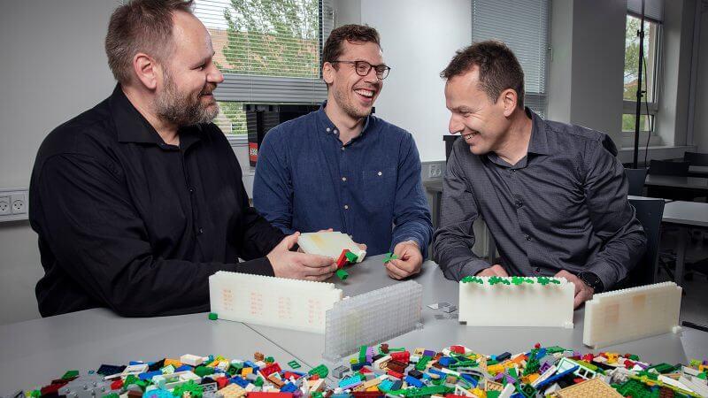 Lektor ved institut for ingeniørvidenskab Mogens Hinge, kemiingeniør og ph.d.-studerende Emil Andersen, senior projektleder ved LEGO René Mikkelsen.