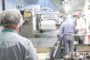 Mennesker i et industrikøkken