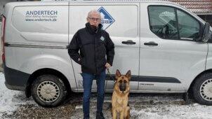 Morten Petersen foran sin bil i selskab med sin hund.