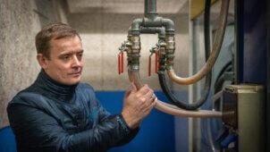Lars Lindblad fra LETBEK viser energibesparelser frem i praksis.