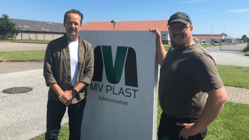Medejer af MV Plast, Michael Velling (tv.) og direktør i Dansk Affaldsminimering, Kim Dalsgaard (th.) er stolte over deres nyudviklede affaldsbeholdere af regeneret husholdningsplast.
