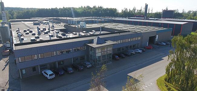 Luftfoto af AVL's fabrik i Mariager