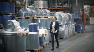 Kvinde i plastproduktion
